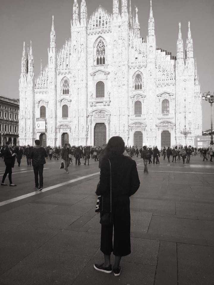 """ALT=""""Girl admiring Milan Duomo"""""""